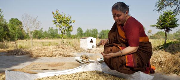 """""""La Democrazia della Terra"""" di Vandana Shiva"""